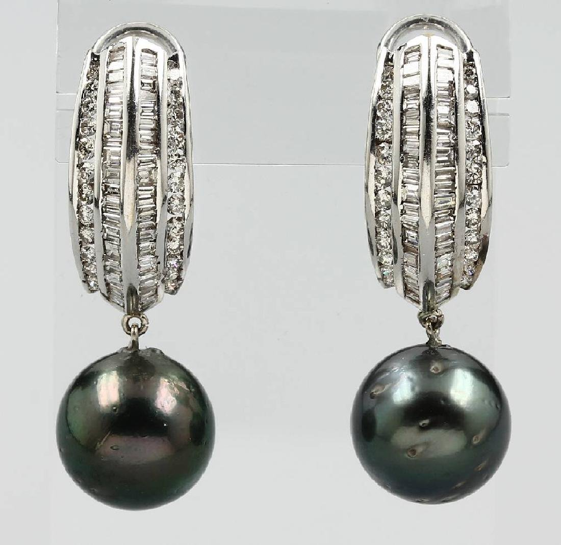 Pair of 18 kt gold earrings with diamonds and cultured