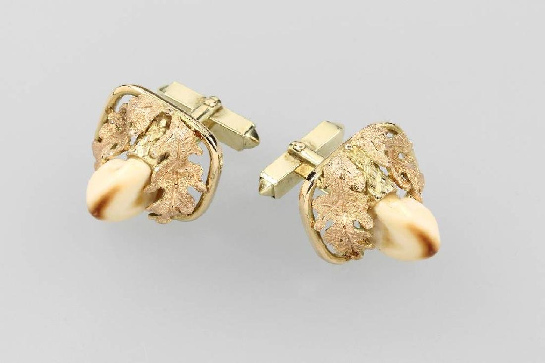 Pair of 14 kt gold cuff links with deer canines