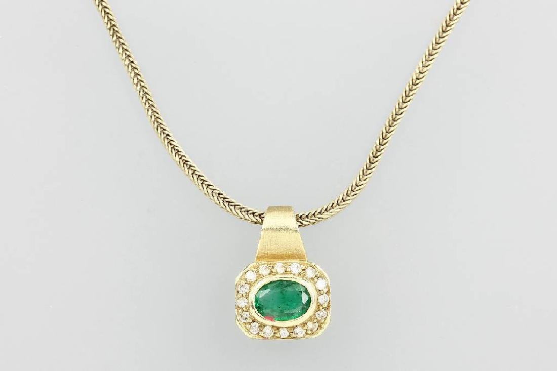 14 kt gold pendant with emerald and brilliants