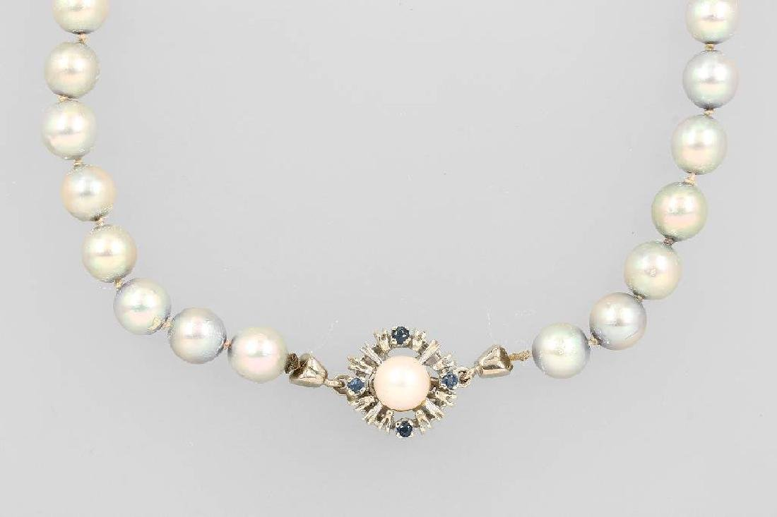 Chain made of cultured pearls