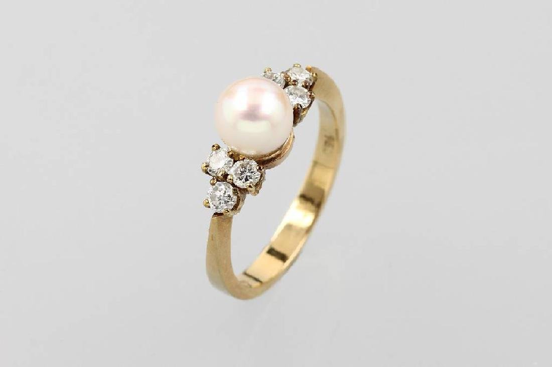 18 kt gold ring with cultured pearl and brilliants