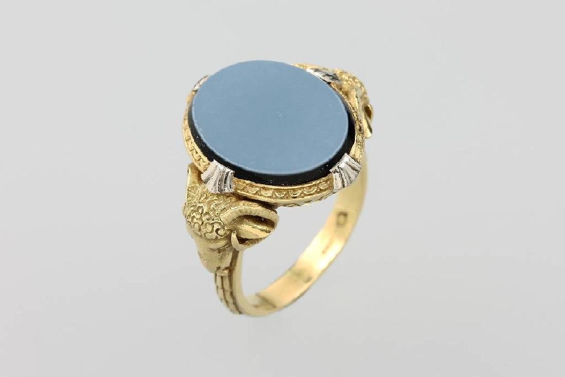 18 kt gold signet ring with layer stone cameo