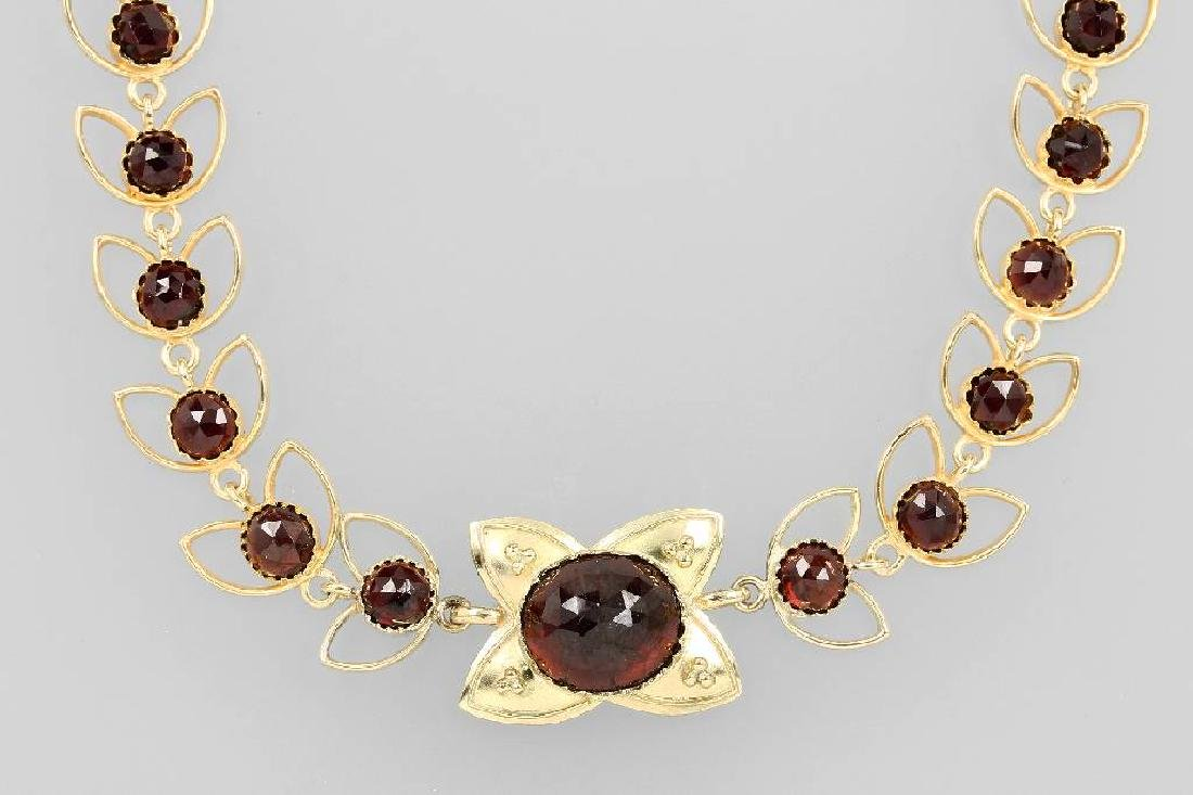 14 kt gold necklace with garnets