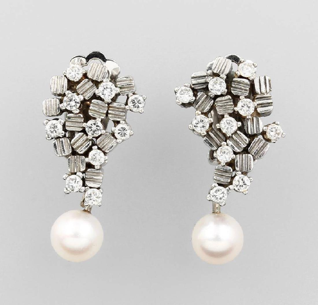 Pair of 14 kt gold earclips with cultured pearl and