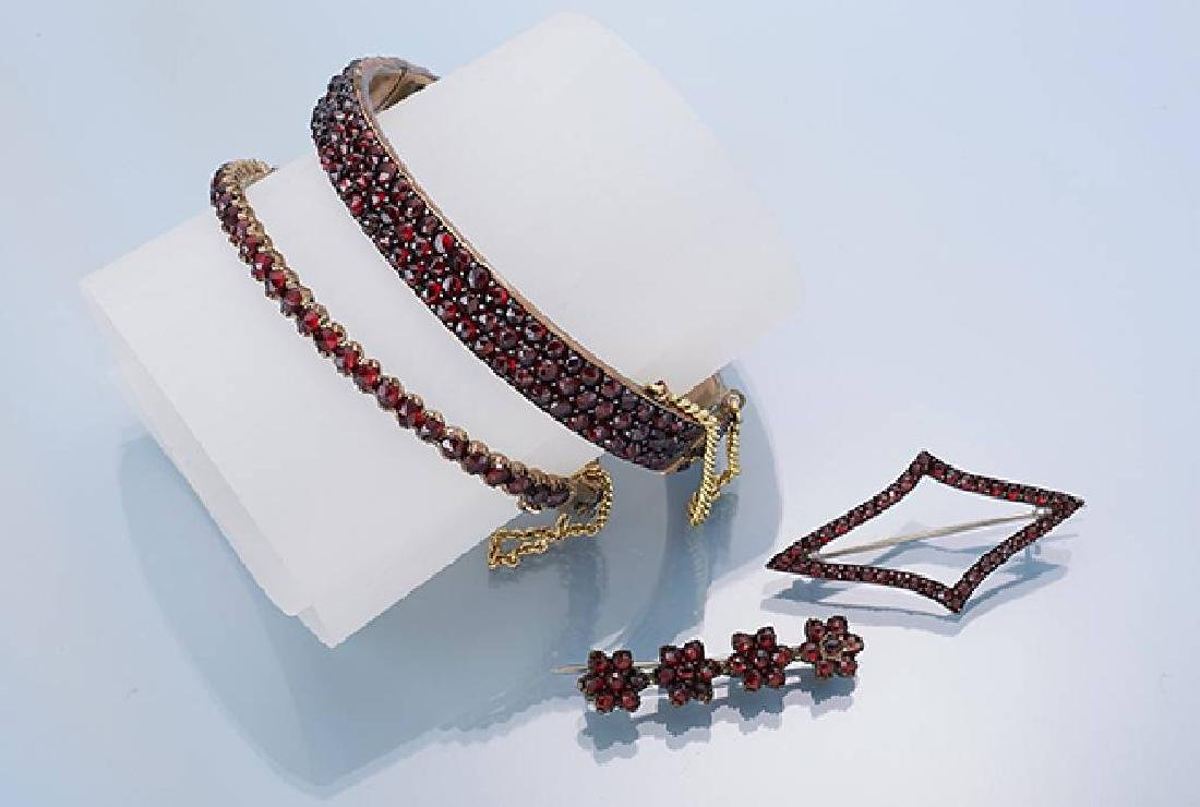Lot 2 brooches and 2 bangles with garnets
