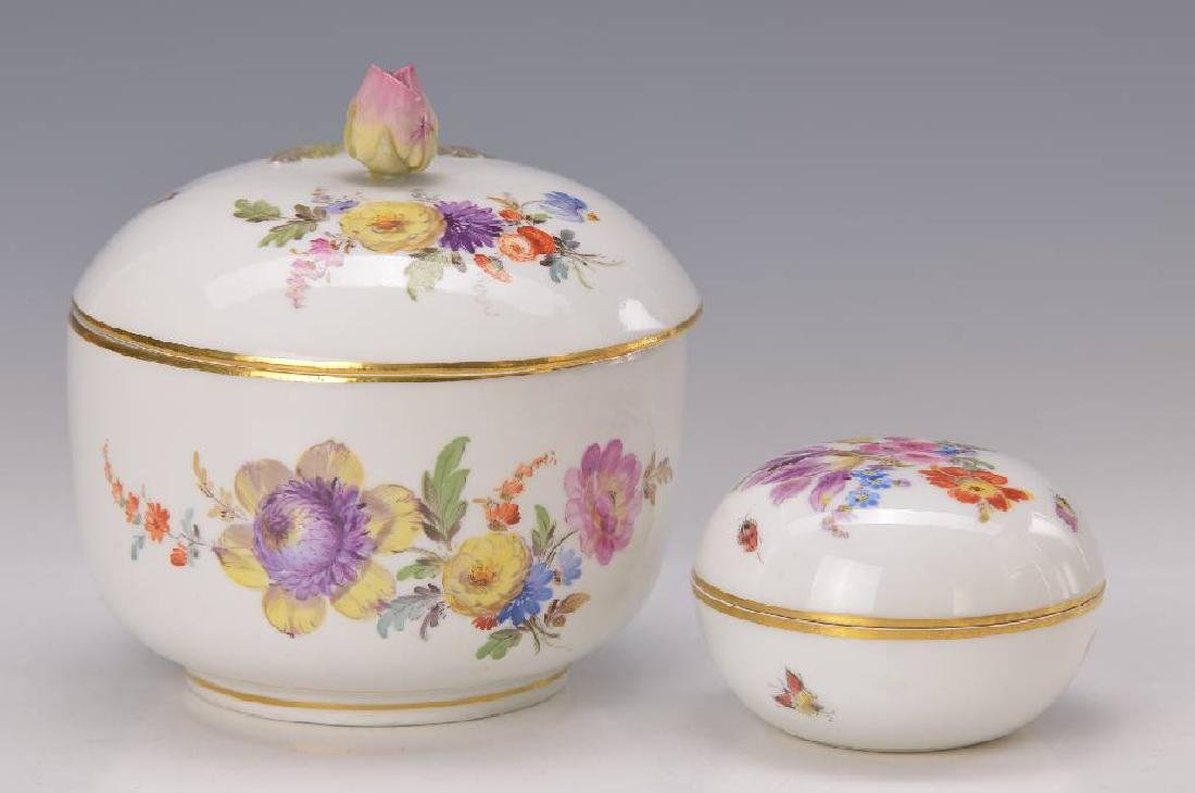 2 lidded boxes