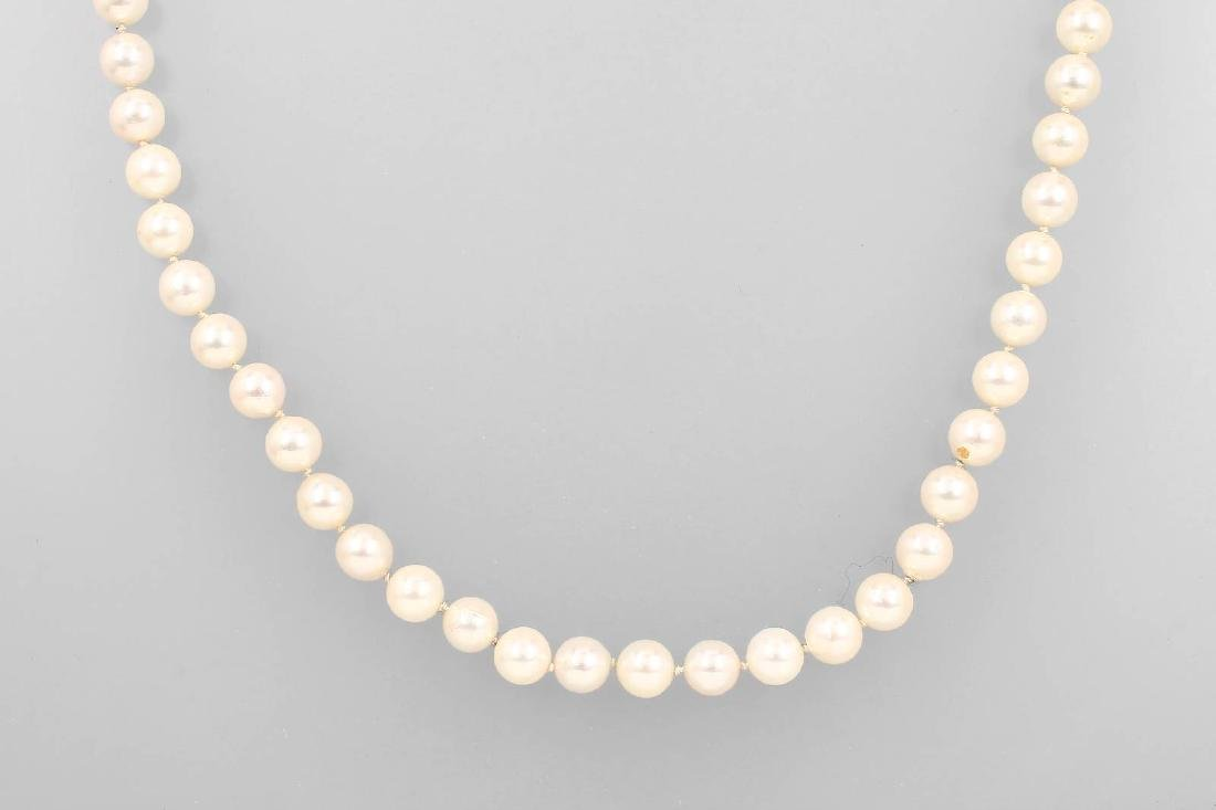 Extra-long necklace made of Akoya cultured pearls
