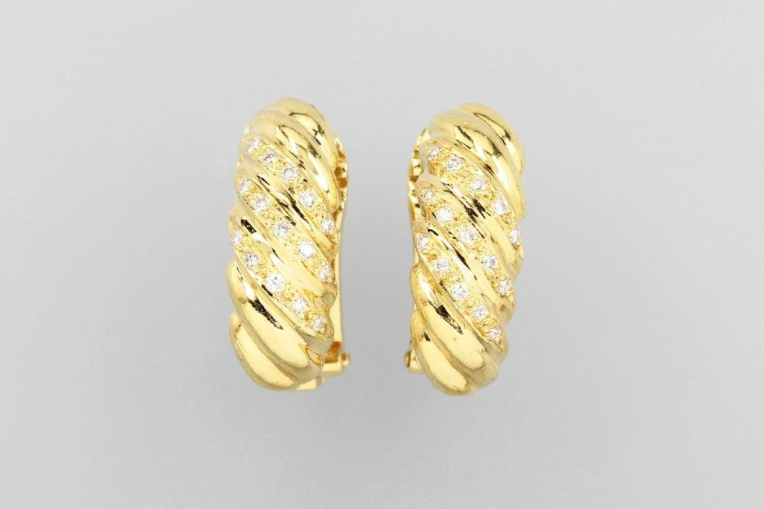 Pair of 18 kt gold earclips with brilliants