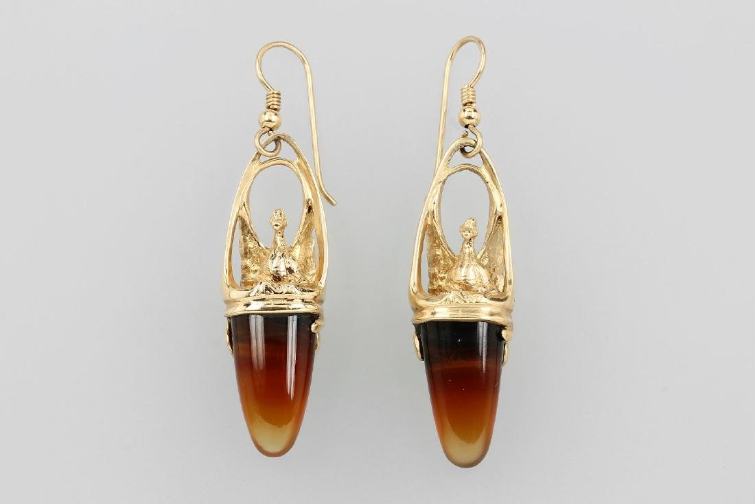 Pair of 14 kt gold earrings with agate