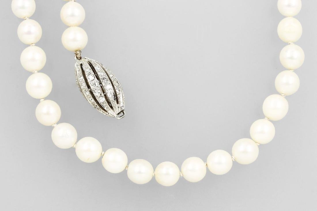 Long necklace made of cultured akoya pearls