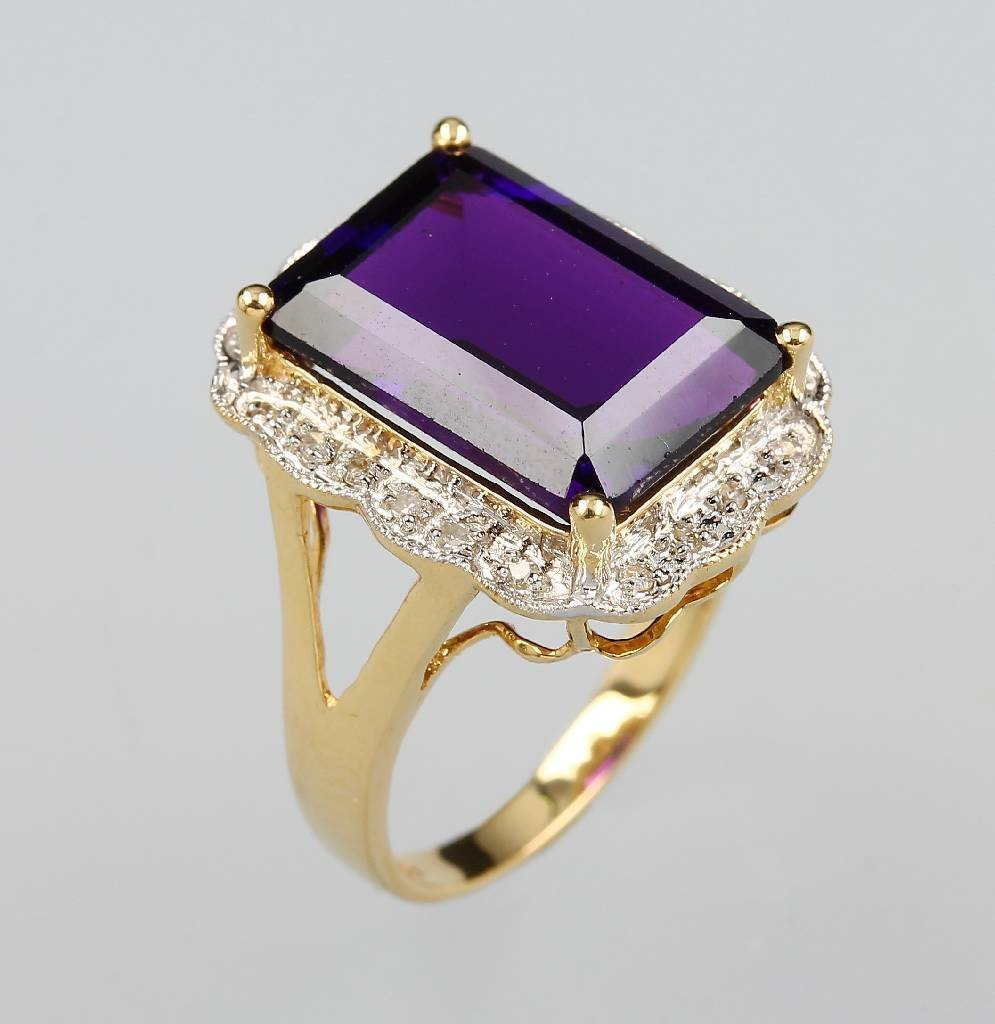 14 kt Gold ring with amethyst and brilliants