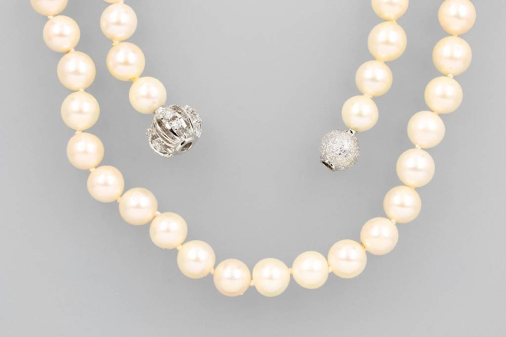 Long necklace made of cultured pearls with diamonds