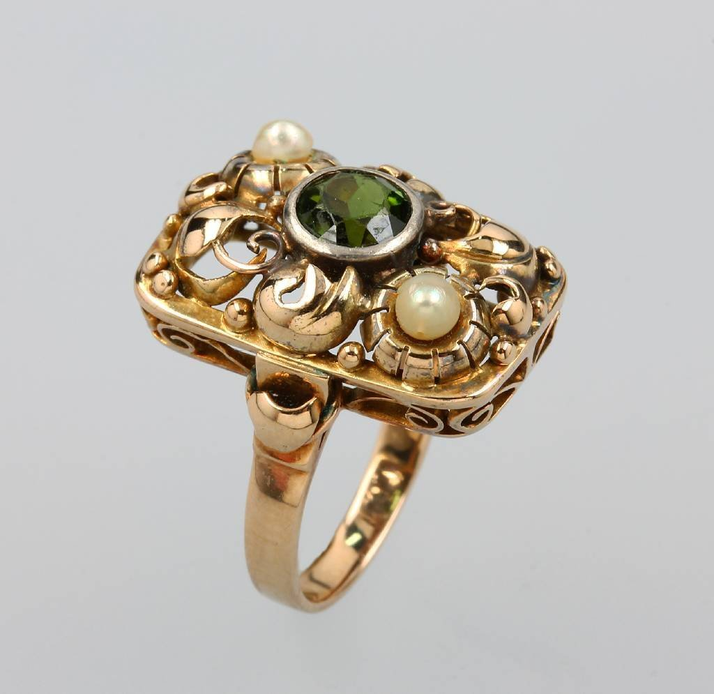 Ring with peridot and cultured pearls, german approx