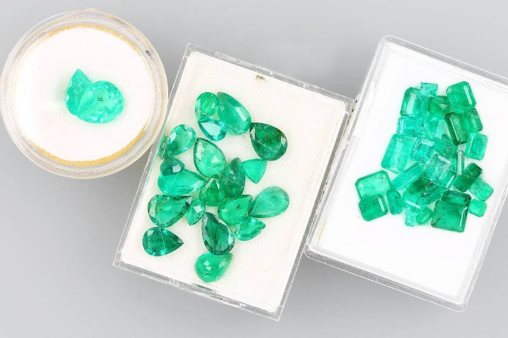Lot loose emeralds