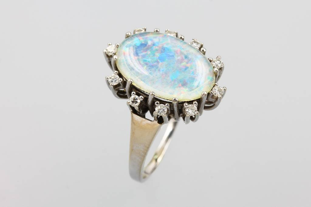 14 kt gold ring with opal triplete and brilliants