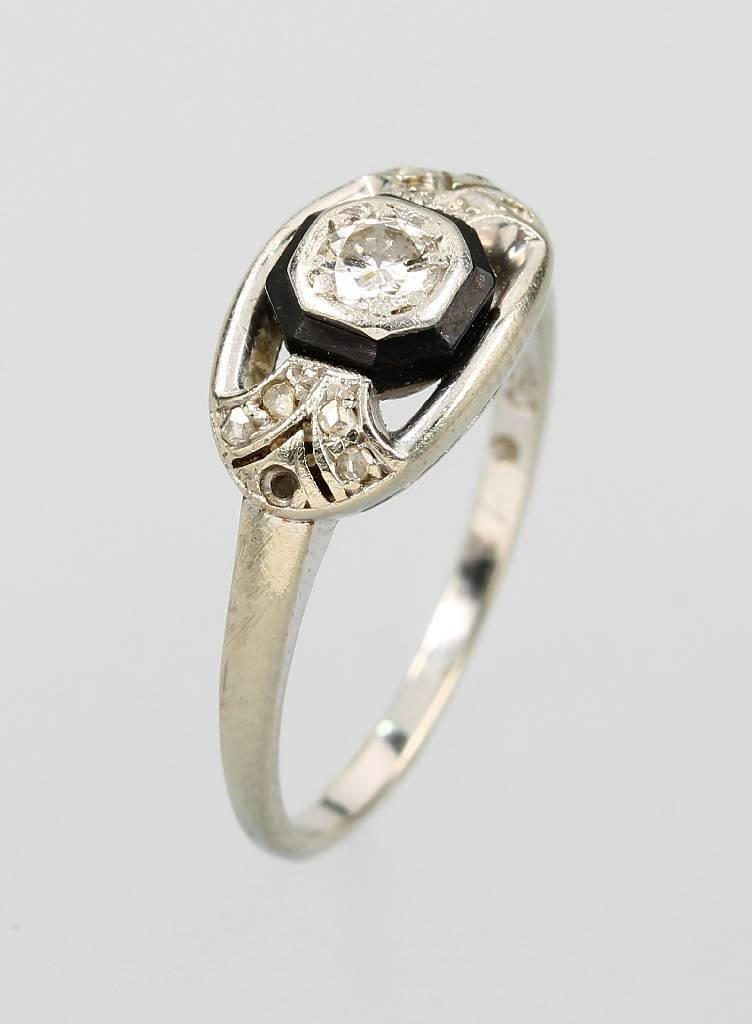 18 kt gold art-deco ring with diamonds and onyx