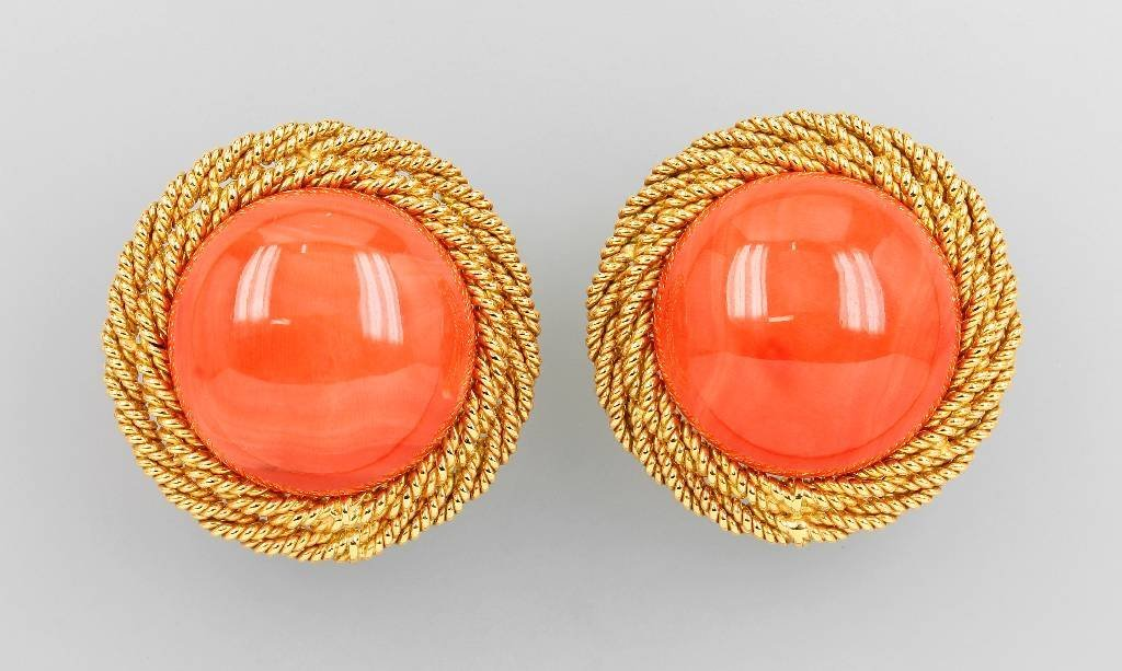 Pair of 18 kt gold earclips with corals