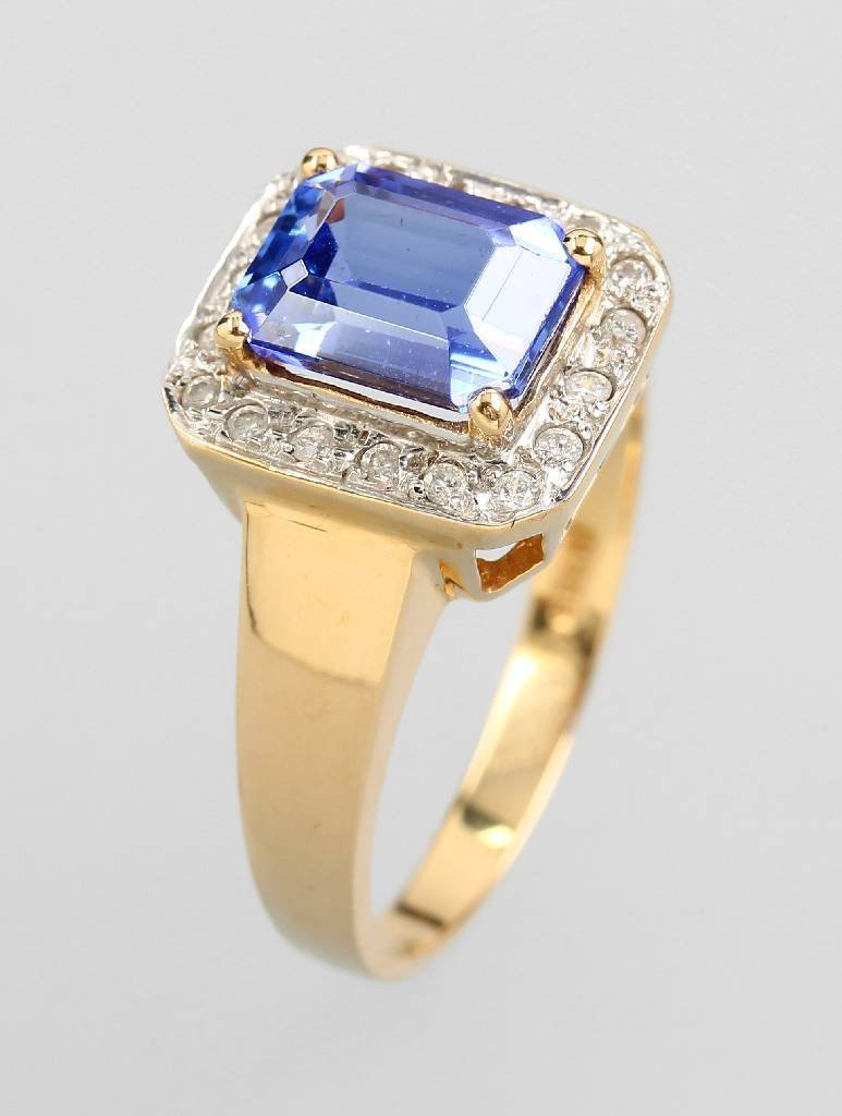 14 kt gold ring with tanzanite and brilliants