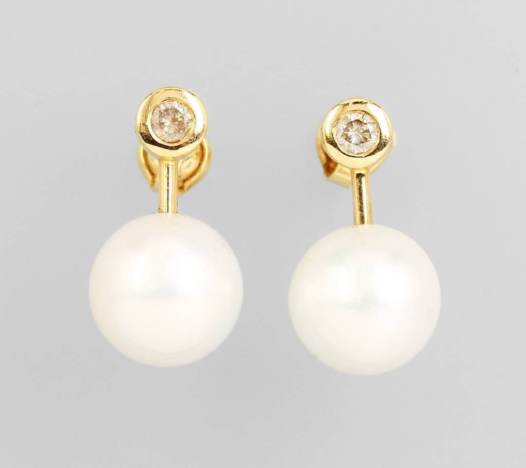 Pair of 14 kt gold earrings with south seas pearls and