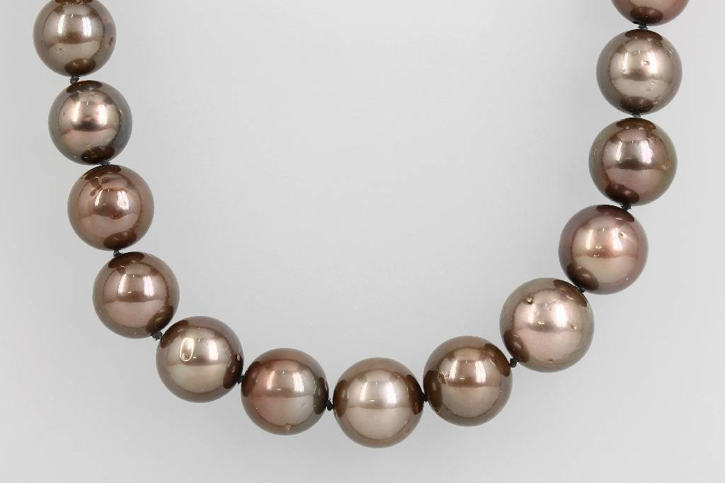 Necklace with cultured tahitian pearls