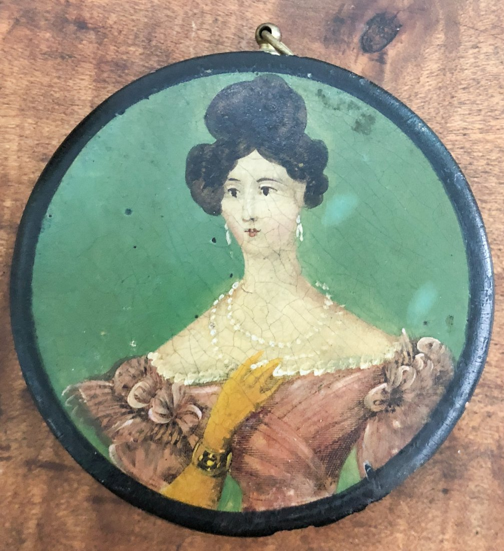 ROUND LACQUER BOX WITH LADY WITH PEARLS
