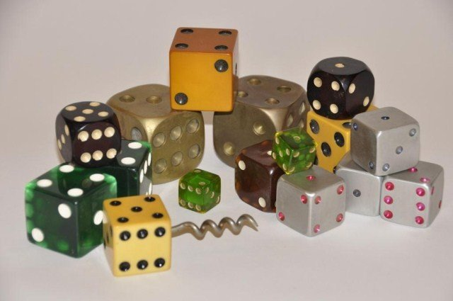 103: Miscellaneous lot of dice, seven pair