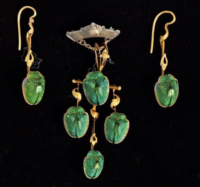 235: 18k Victorian scarab pendent & earrings, 18k
