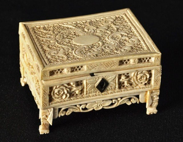 26: Chinese export ivory reticulated small locking box,