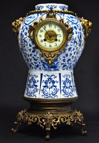 103: 18th/19th century Chinese blue and white urn