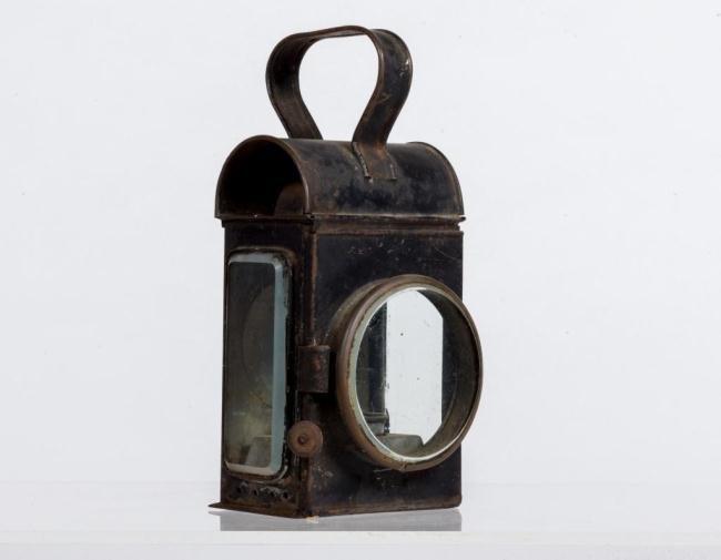 TIN KEROSENE LAMP WITH STRAP HANDLE