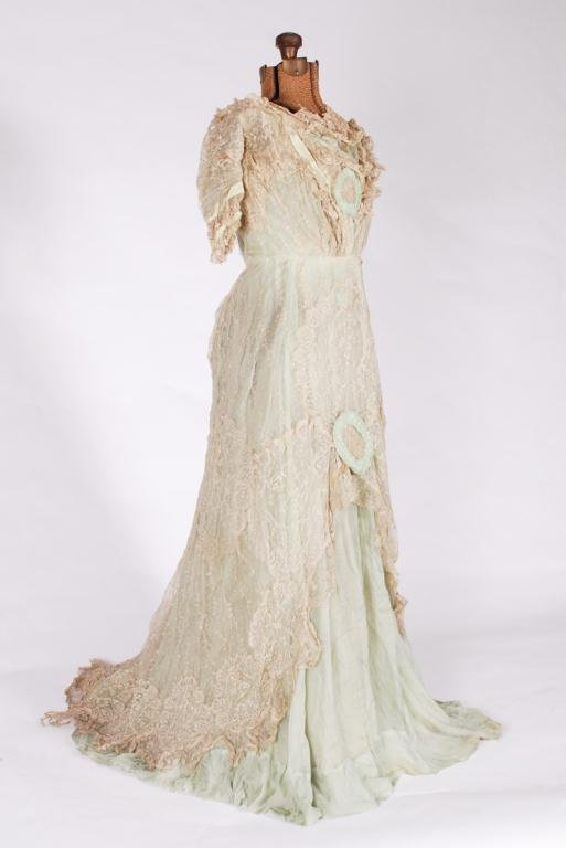 (19th c) SILK AND LACE ONE PIECE VICTORIAN DRESS