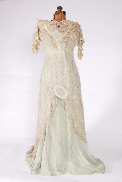 (19th c) SILK AND LACE ONE PIECE VICTORIAN DRESS - 4