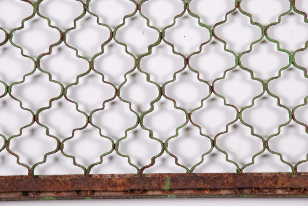 CAST IRON LUNETTE GRID IN GREEN PAINT - 2
