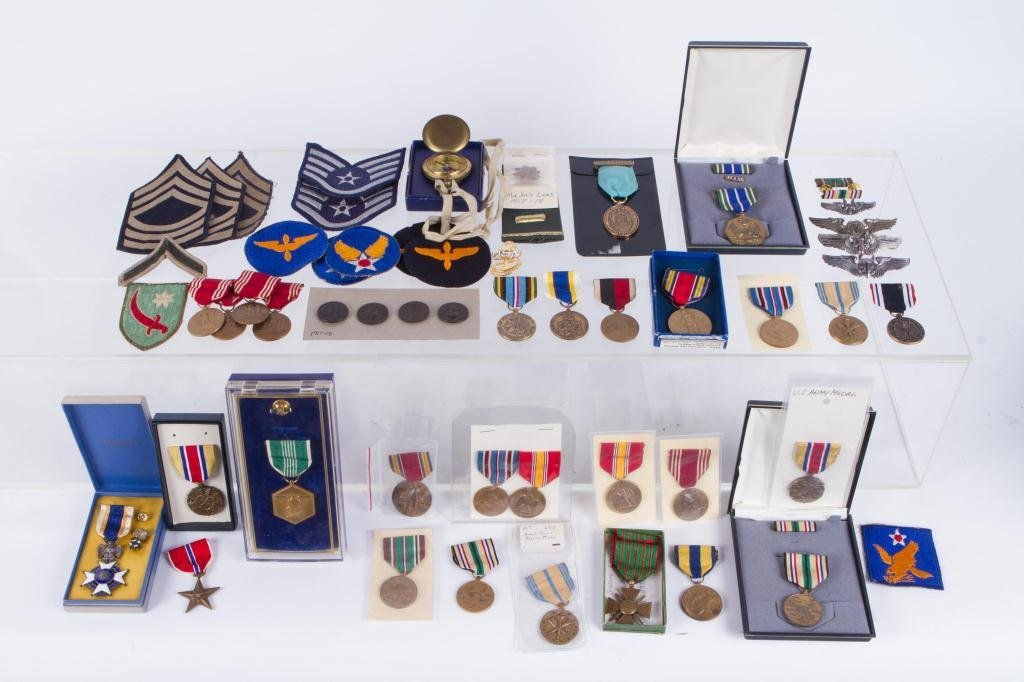 LOT OF US MILITARY MEDALS AND PATCHES