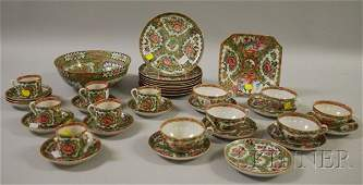 727 Thirtyfour Pieces of Chinese Export Porcelain Ros