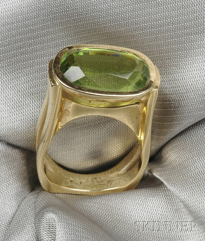 5: 18kt Gold and Peridot Ring, bezel-set with a cushion
