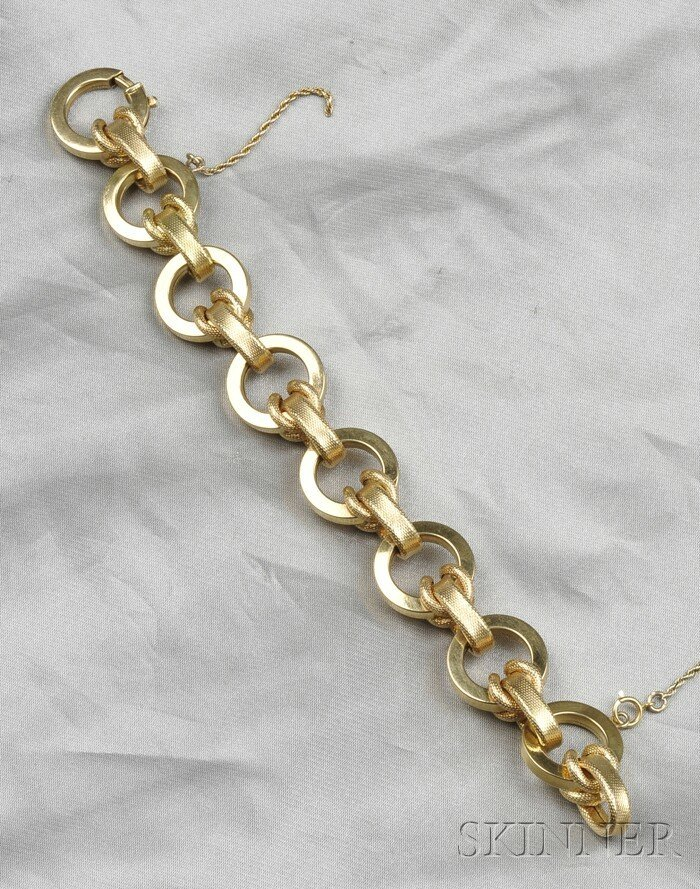 18: 18kt Gold Bracelet, composed of circular and textur