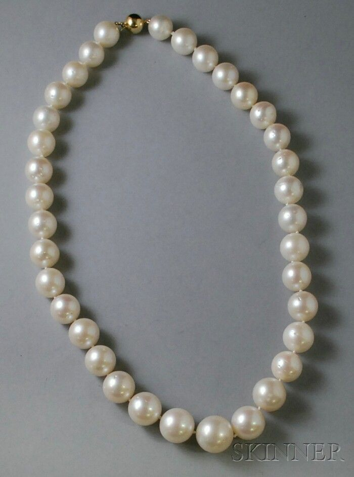 272: South Sea Pearl Necklace, with 14kt gold clasp, pe