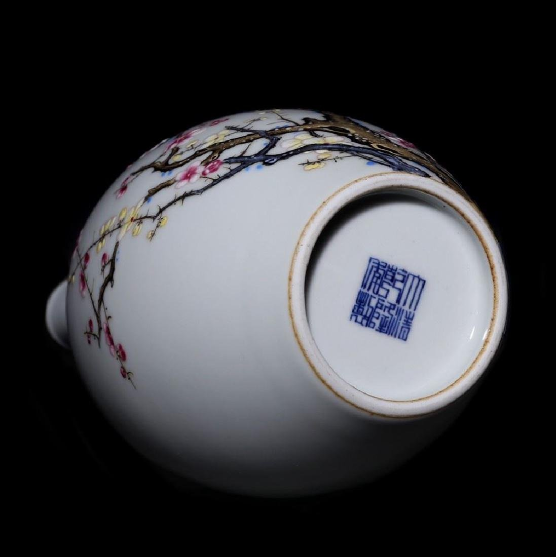 A Magnificent and Rare Famille Rose Porcelain Vase - 8