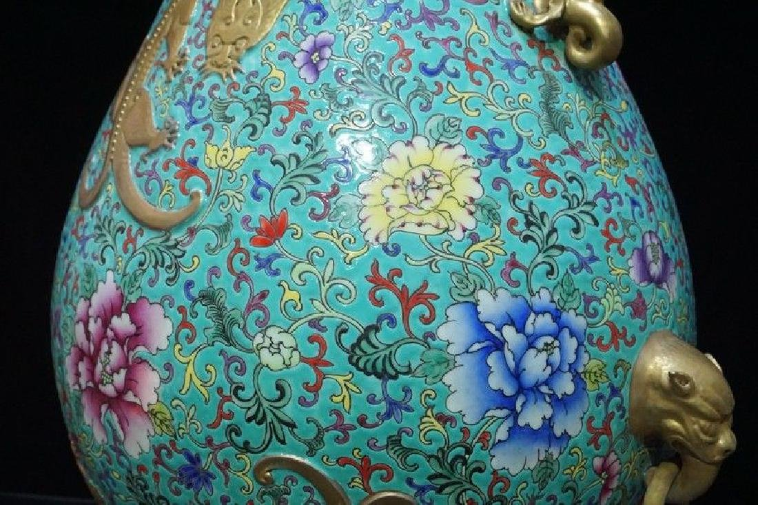 A Famille Rose and Gilt Decorated Porcelain Vase - 7