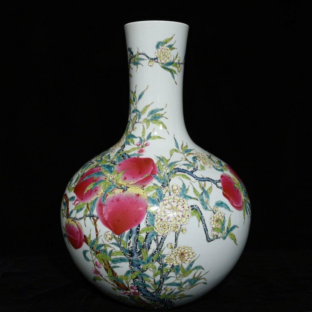 An Exquisite Famille Rose Porcelain Vase