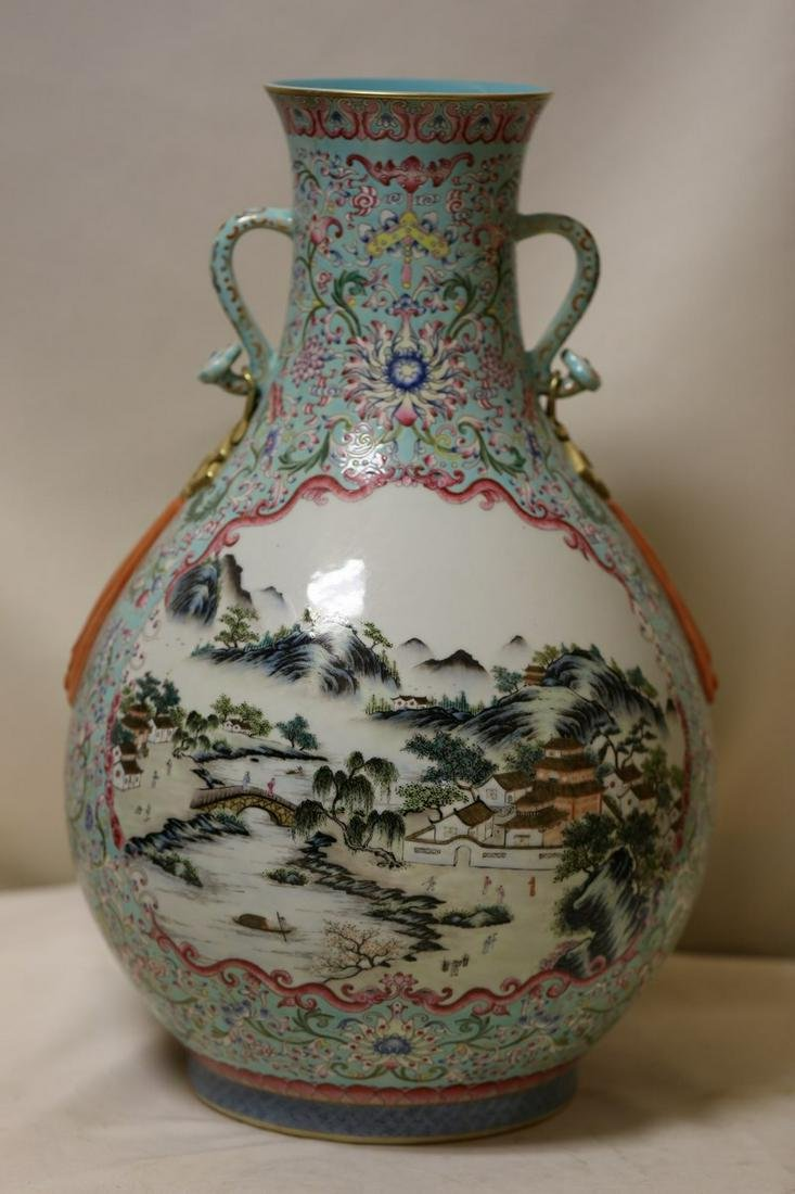 An Exquisite Famille Rose Porcelain Vase