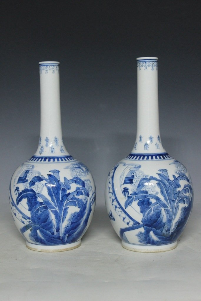 A Pair of Blue and White Porcelain Vase