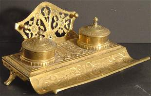 VICTORIAN BRASS DOUBLE INKWELL AND PEN HOLDER. FOO