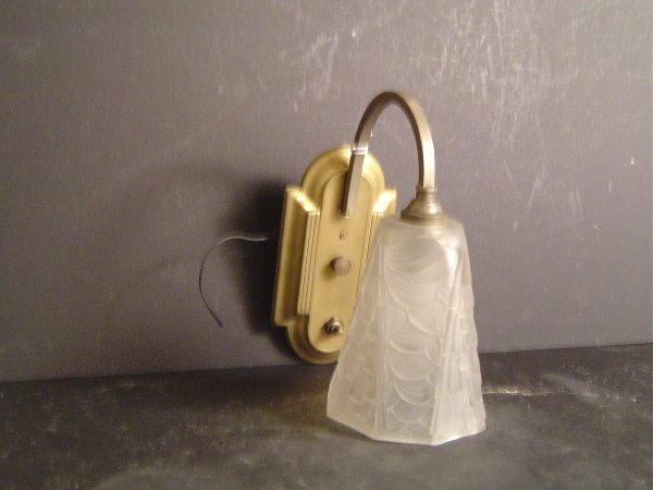 789: french art deco brass sconce, with molded and etch