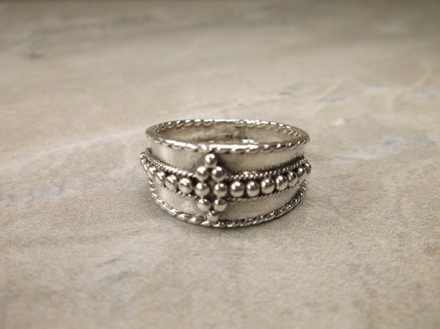 Gorgeous Sterling Silver Dot Ring 7.5