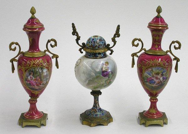 4013: French porcelain urns