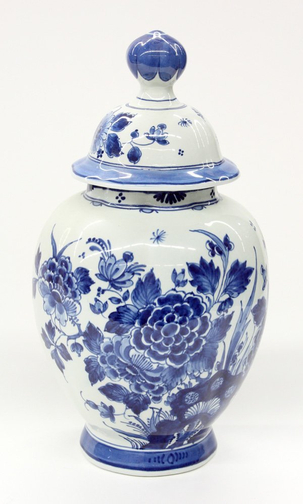 4023: Delft porcelain covered jar