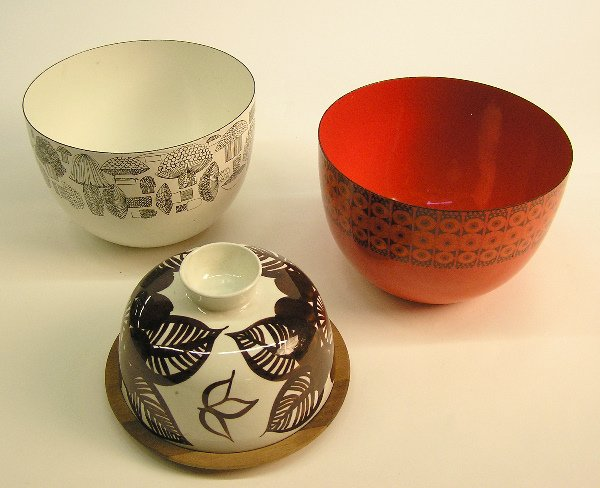 4014: Two finished enameled bowls and cheese dish