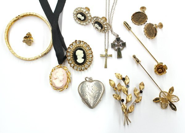 789: Collection of miscellaneous jewelry items